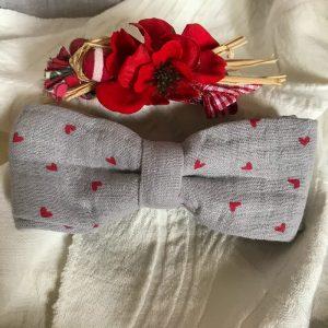 Noeud papillon accessoire mode fait main gris motifs coeurs rouge