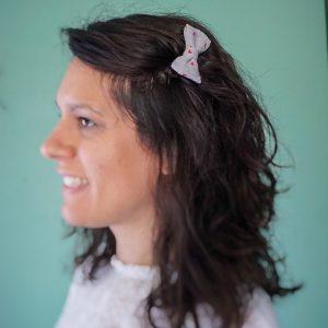 Barrette accessoire cheveux noeud papillon fait main gris motif coeurs rose