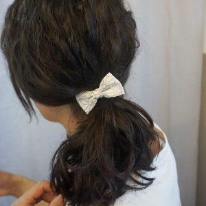 Barrette accessoire cheveux noeud papillon fait main blanc motif géométrique gris