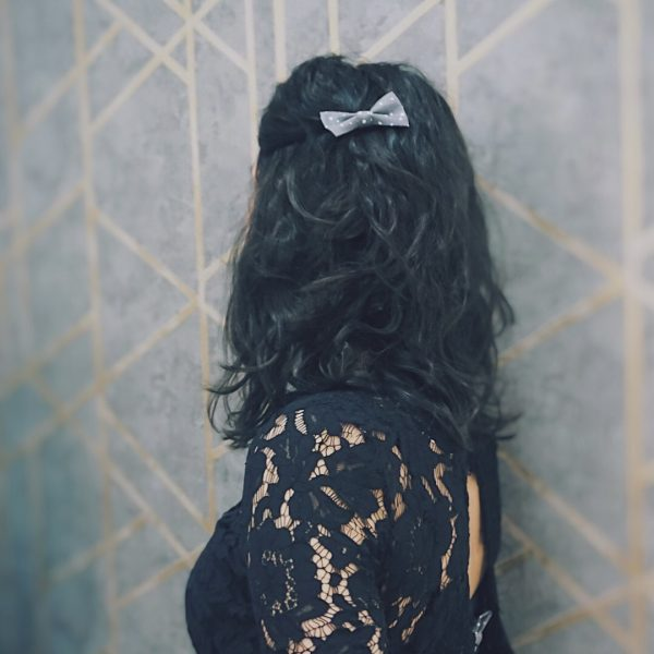 Barrette accessoire cheveux noeud papillon fait main gris motif pois blanc