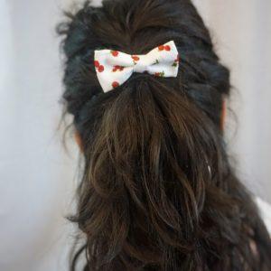 Barrette accessoire cheveux noeud papillon fait main blanc motif cerise