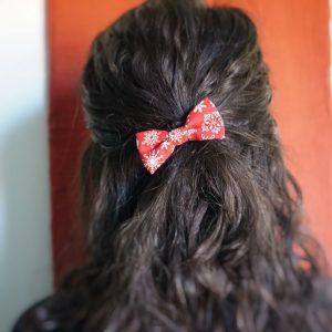 Barrette accessoire cheveux noeud papillon fait main rouge motif flocon blanc