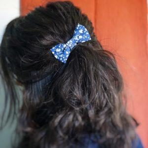 Barrette accessoire cheveux noeud papillon fait main bleu foncé motif fleurs blanc