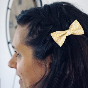 Barrette accessoire cheveux noeud papillon fait main jaune et blanc