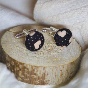 Boutons de manchettes accessoires de mode noir motif coeur beige