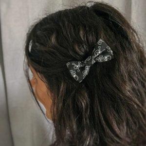 Barrette noeud papillon accessoire cheveux fait main noir motif tête de mort blanc