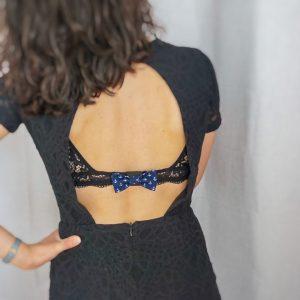 Cache agrafe soutien gorge noeud papillon fait main bleu marine motif ancres blanc