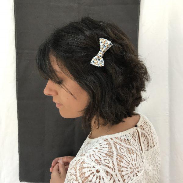 Barrette accessoire cheveux noeud papillon fait main bleu et jaune motif fleurs