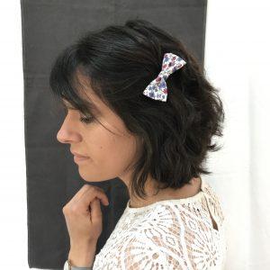 Barrette accessoire cheveux noeud papillon fait main bleu et rose motif fleurs